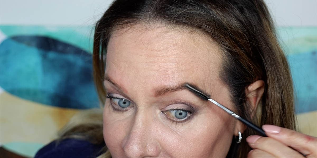 Setting brows with brow gel